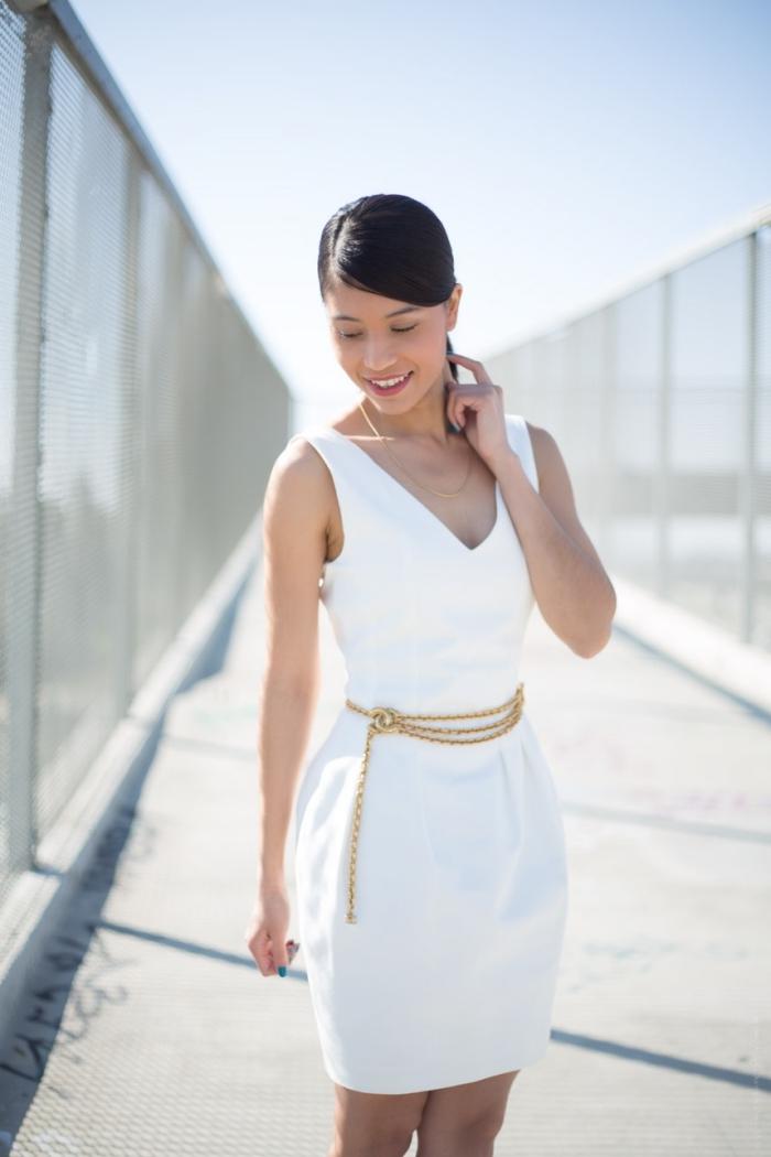 idée de robe de cérémonie femme chic de couleur blanche, exemple comment accessoiriser une robe blanche courte