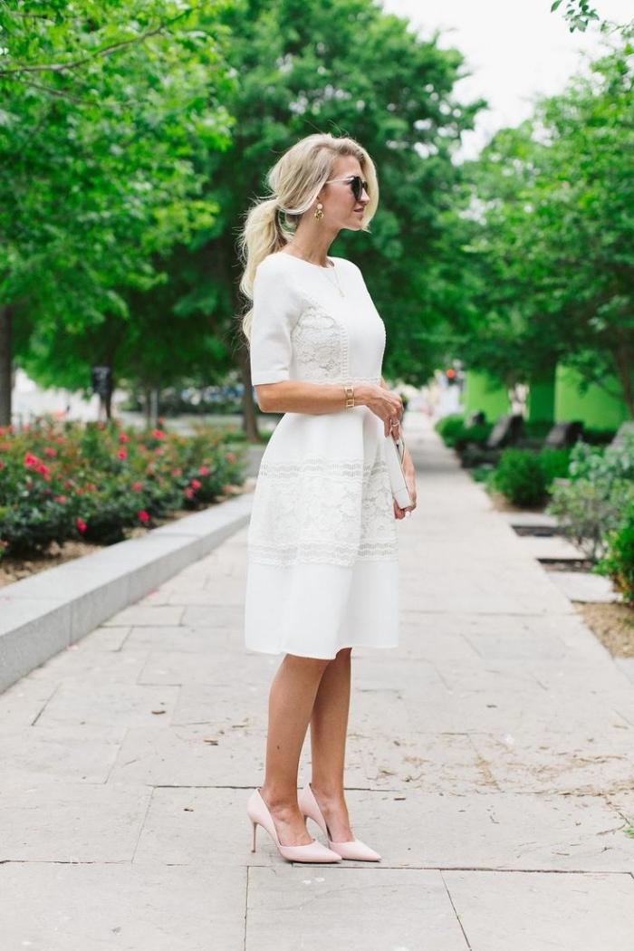 tenue mariage femme 50 ans, modèle de robe élégante en blanc portée avec chaussures hautes de nuances nude