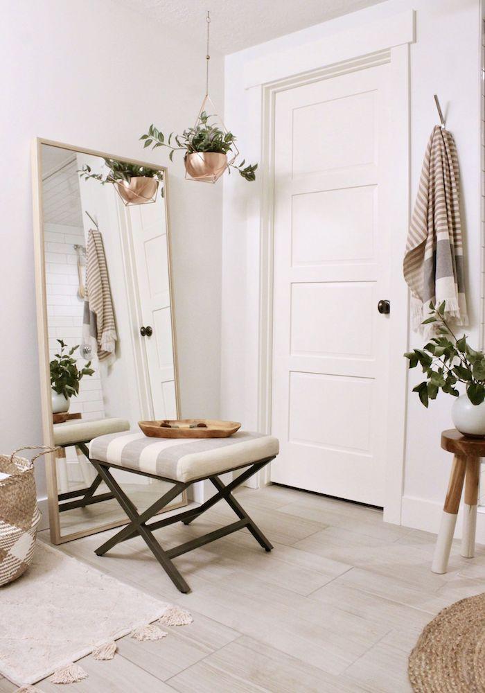 Grand miroir carré et tabouret rayé, salle de bain tendance, idee deco salle de bain à la mode, tapis blanc et tapis rond rotin