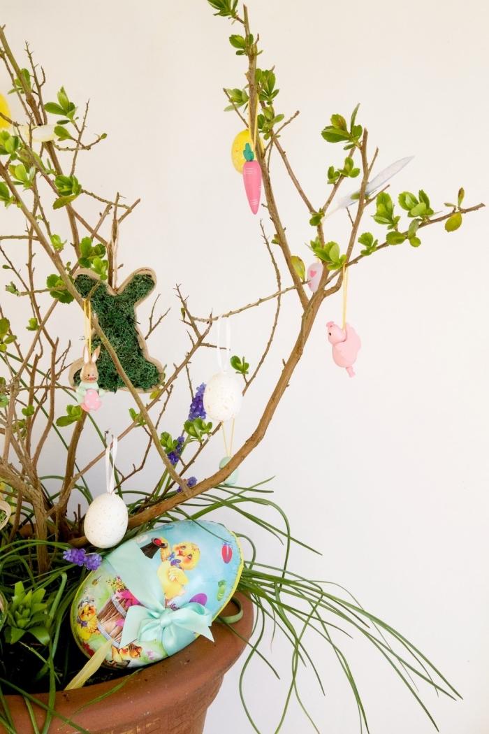 activité manuelle paques facile et rapide, idée comment décorer une plante pour la fête des Pâques avec ornements lapins et oeufs