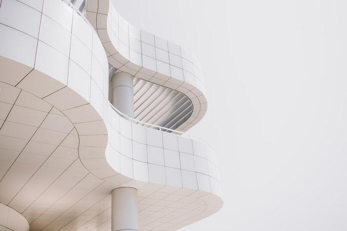 Blanc batiment moderne, balcon ouvert, quelles sont les utilisations de l'inox acier inoxydable