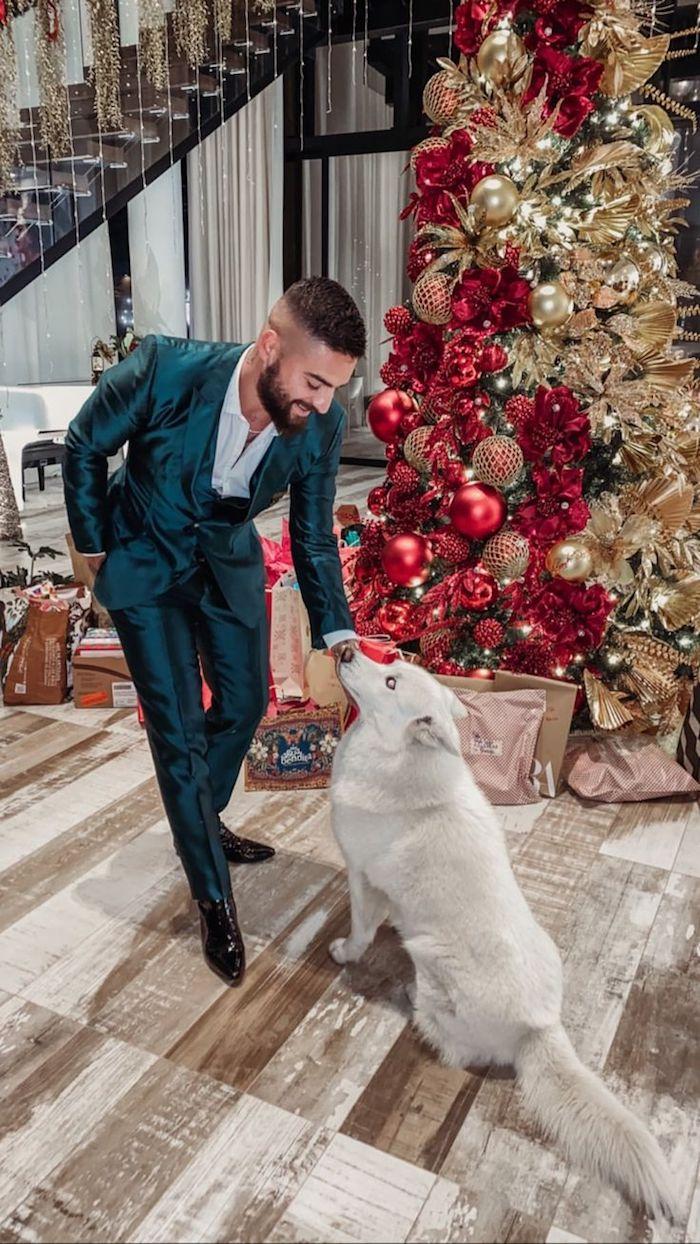 Maluma costume vert bleu en satin, belle tenue élégante pour noël, homme et son chien, idée comment bien s'habiller style homme