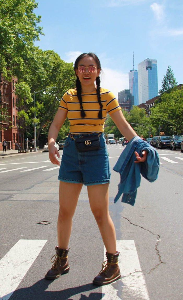 T-shirt rayé jaune et pantalon short, accessoires années 90, look année 90 décontracté chic, veste jean