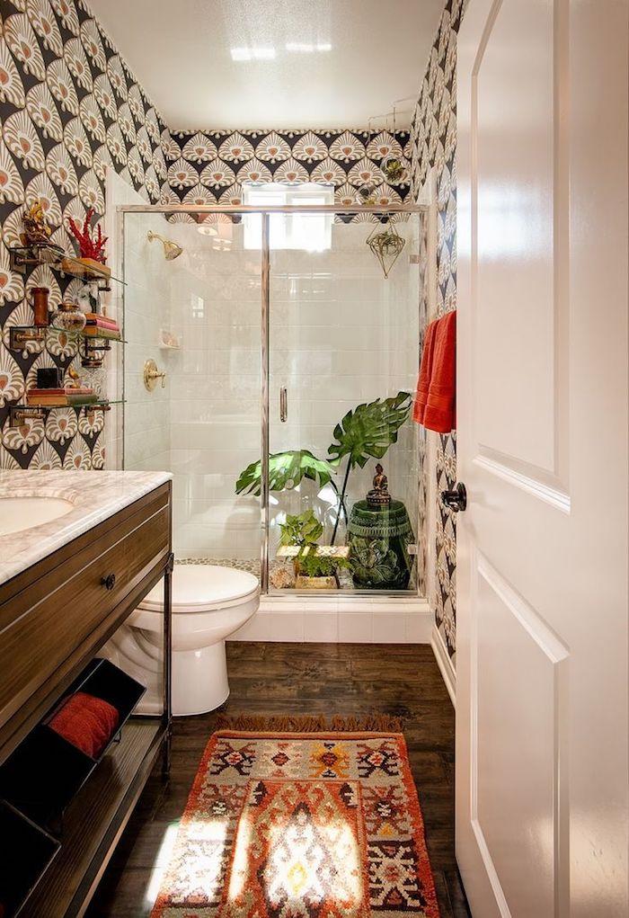 Papier peinte motif original, tapis oriental, salle de bain avec baignoire, idee salle de bain déco murale