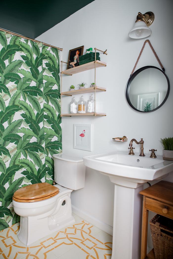 Rideau bain motif tropique feuilles vertes de banane, étagère bois et metal, mur salle de bain, comment décorer les murs de la salle de bains