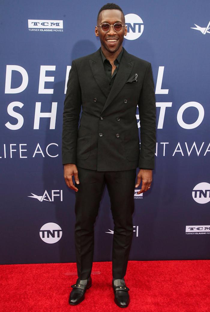 Homme célèbre, look tapis rouge, costume noir, tenue classe pour homme, comment bien s'habiller classe