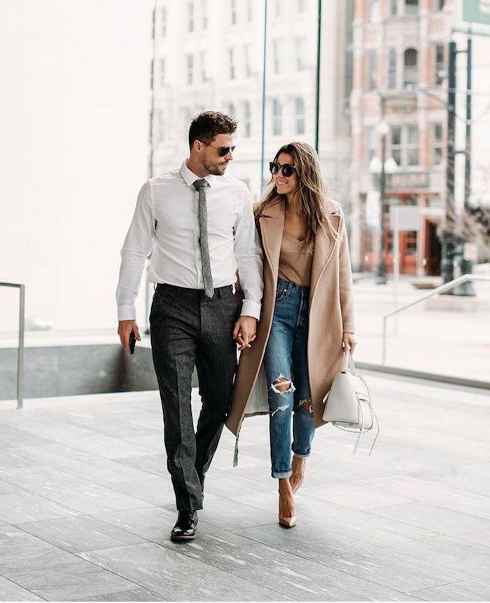Femme tenue manteau camel et jean déchirée accessoirisée avec chaussures à talon, homme chemise blanche et pantalon noir, idée tenue classe homme, comment bien s'habiller classe pour couple