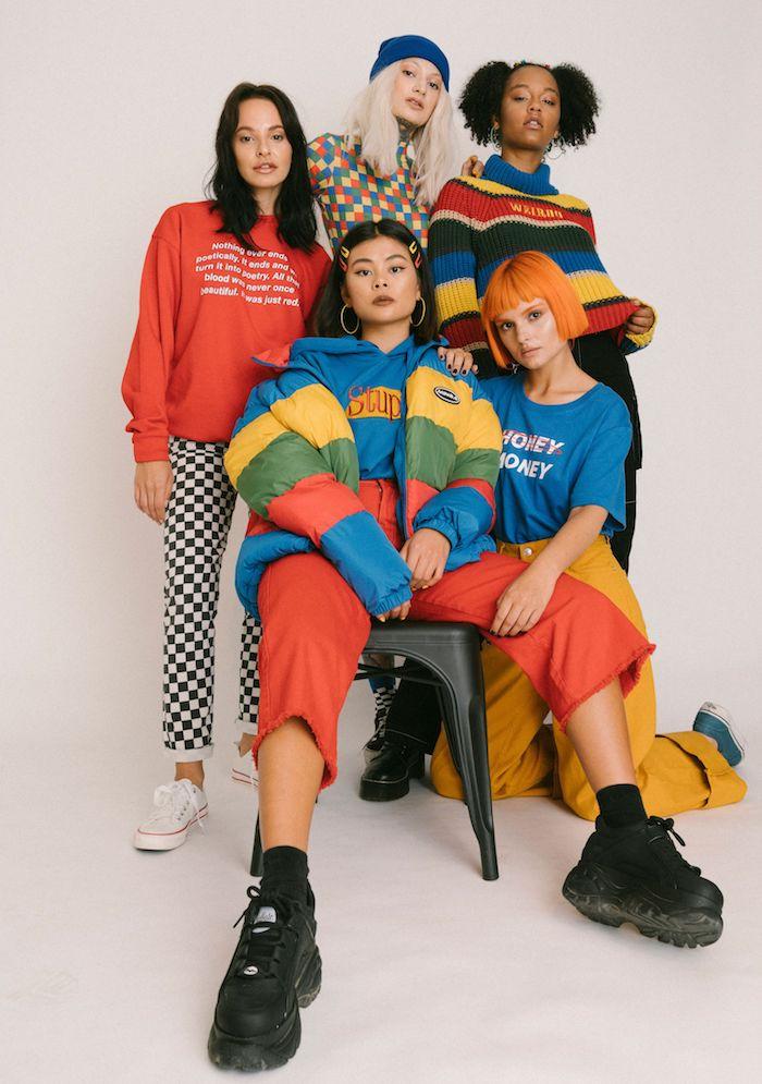 Coloré look années 90 pour soirée, mode année 90 avoir de la swag, basket blanche ou noire et top rayé, les pantalons colorés