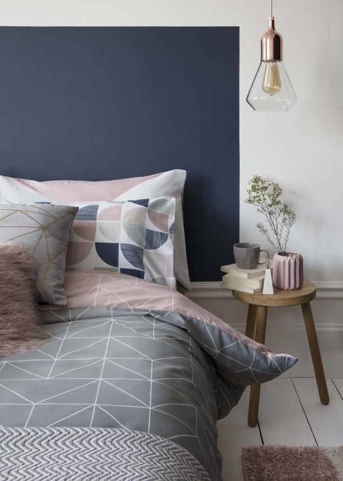 idée peinture chambre contemporaine aux murs blancs avec encadrement lit en peinture bleu foncé tendance 2020