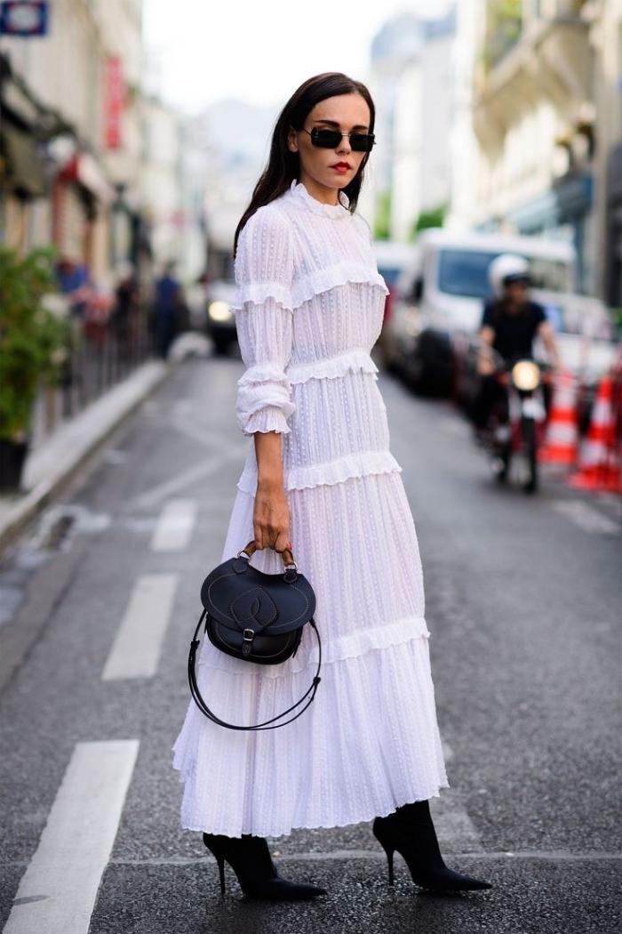exemple de robe longue blanche assortie avec accessoires noirs, que porter sous une robe blanche transparente