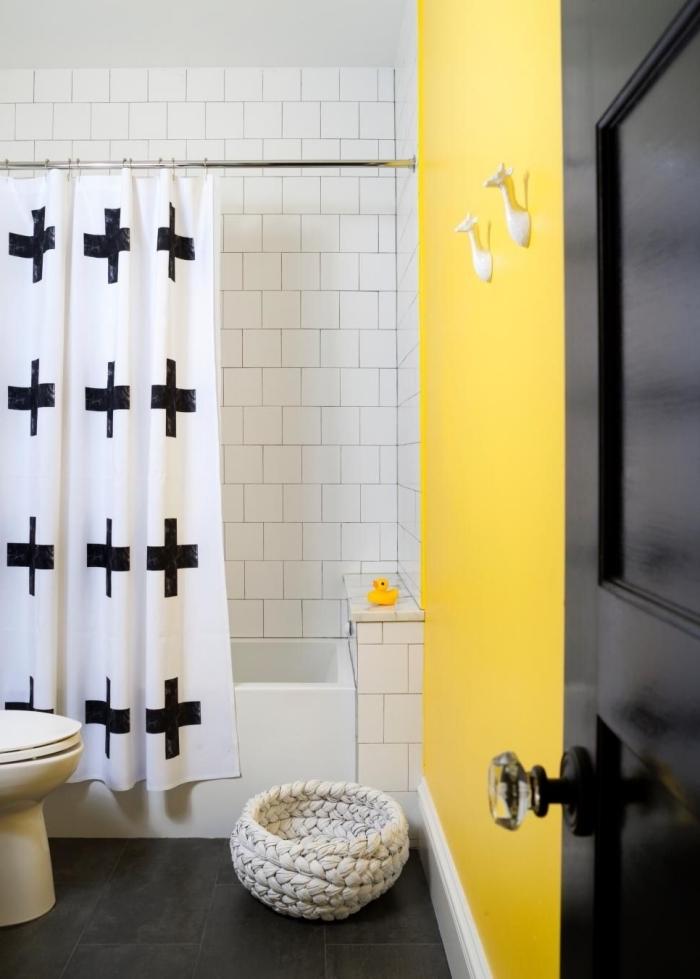 salle de bain contemporaine en blanc et nori avec pan de mur en jaune, idée déco petite salle d'eau pour enfant