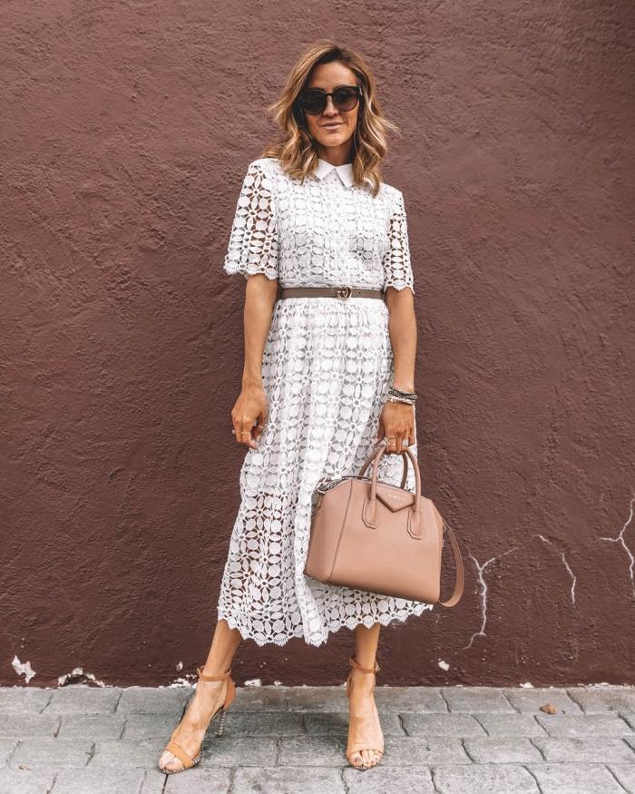 idée de tenue mariage femme 50 ans en blanc et beige, exemple comment accessoirises une robe dentelle blanche