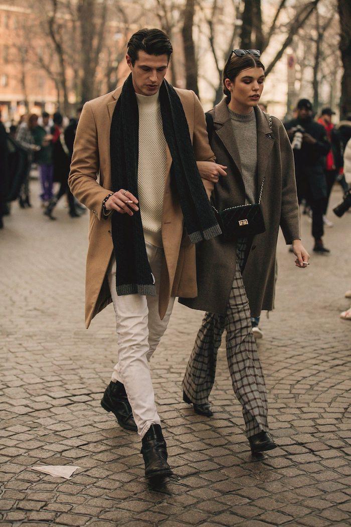 Comment être un couple bien habillé, homme et femme manteaux élégants, manteau camel long homme, écharpe noir, pantalon blanc