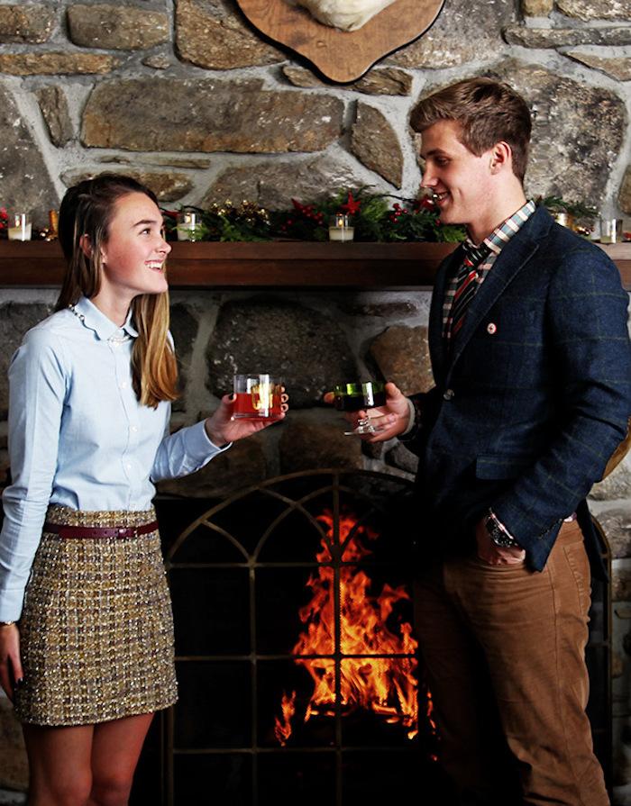 Couple jeune vêtements preppy, cheminée allumée, idée casual style costume garçon lycéen, comment s'habiller aujourd'hui mode homme idée