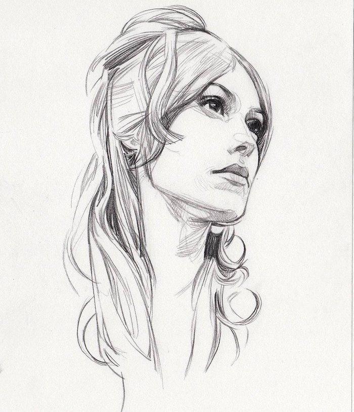 femme coiffure chignon haut avec des mèches rebelles et frange rideau, boucles cheveux ondulés, femme visage franc