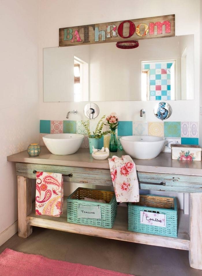 salle de bain deco rétro chic avec meubles en bois, aménagement salle de bain avec accents colorés et meuble bois
