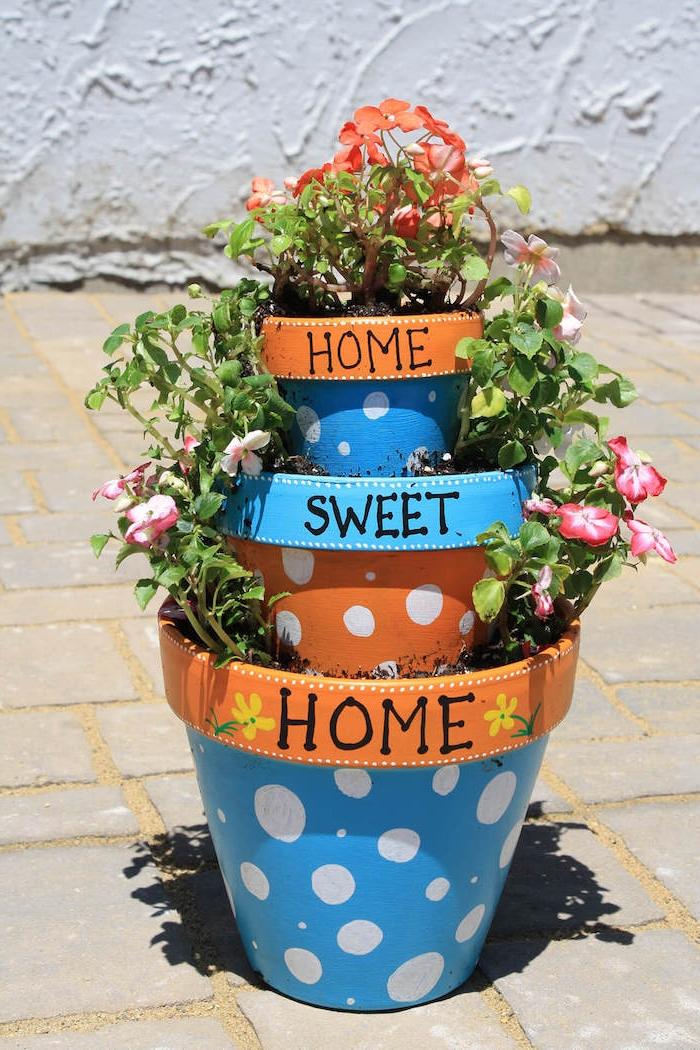 idee deco jardin avec recup, idee deco exterieur pas cher, dessin bordure bleu et pos blancs, trois pots entassés