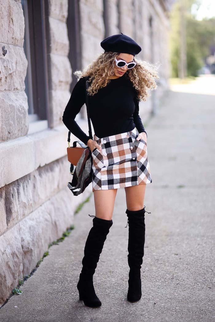 Tenue avec cuissardes noires en velours, jupe courte et top noir manche longue, vetement vintage femme quels accessoires années 90 mode