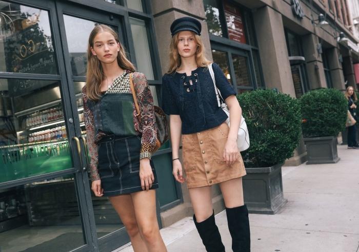 idées de tenue vintage femme en jupe courte à taille haute, look retro chic en jupe beige boutonnée et bottes genoux