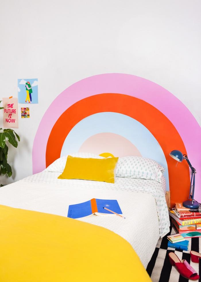 exemple comment réaliser une tête de lit en peinture pour chambre d'enfant, DIY tête de lit en forme arc-en-ciel