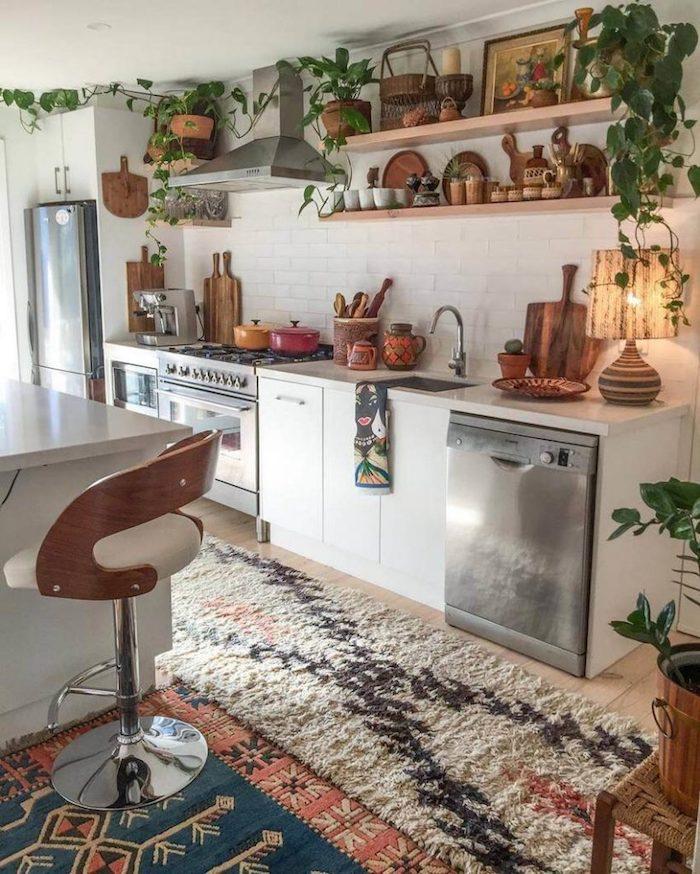 Bohème style pour la cuisine plante d'appartement, tendance plante chambre deco exotique, tapis tribal print et étagères en bois, cuisine blanche et bois