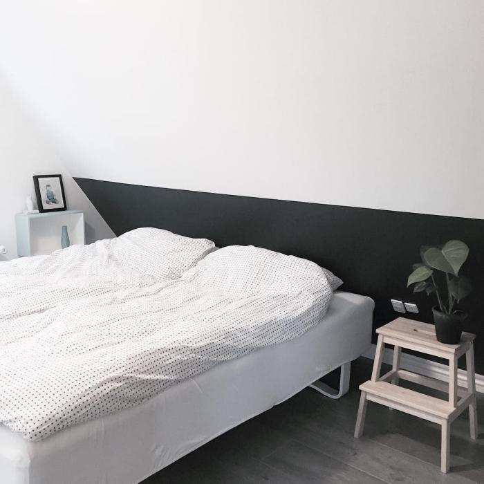 comment aménager une pièce sous combles moderne de style minimaliste, faire une tete de lit avec peinture murale foncée