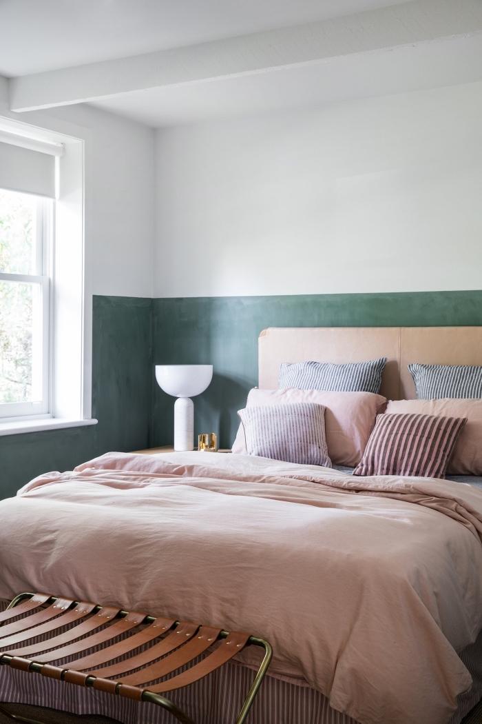 idée peinture chambre parentale aux murs blanc et vert foncé, décoration pièce blanche avec accents sablés