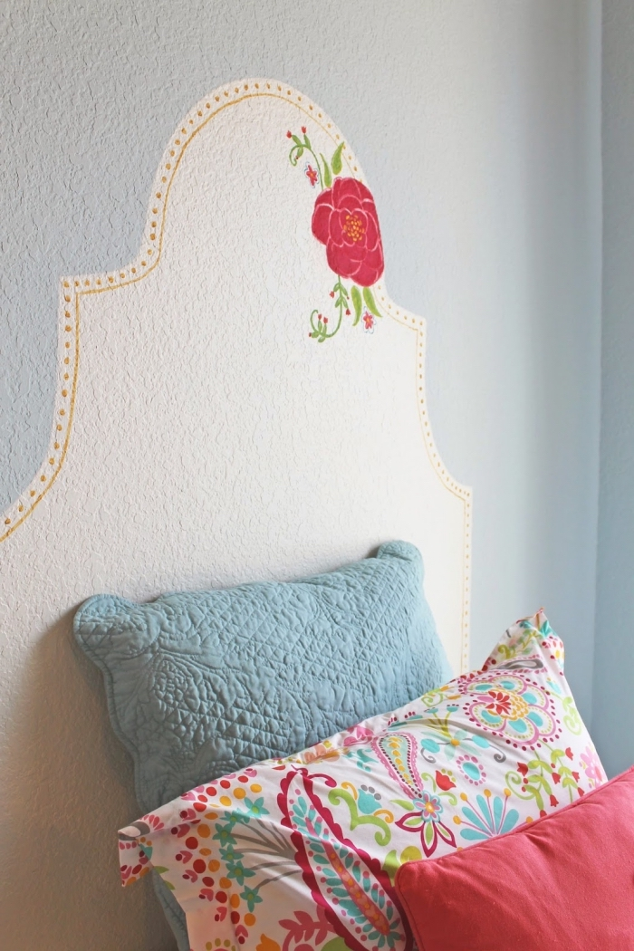 idée comment décorer les murs dans une pièce d'enfant, fabriquer tete de lit pour chambre fille avec peinture murale