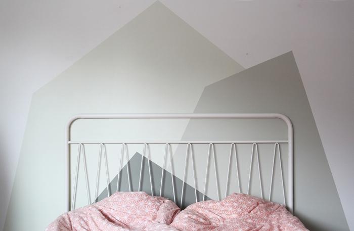 design intérieur moderne dans une chambre d'enfant de style minimaliste, idée tete de lit originale avec peinture de nuances vertes