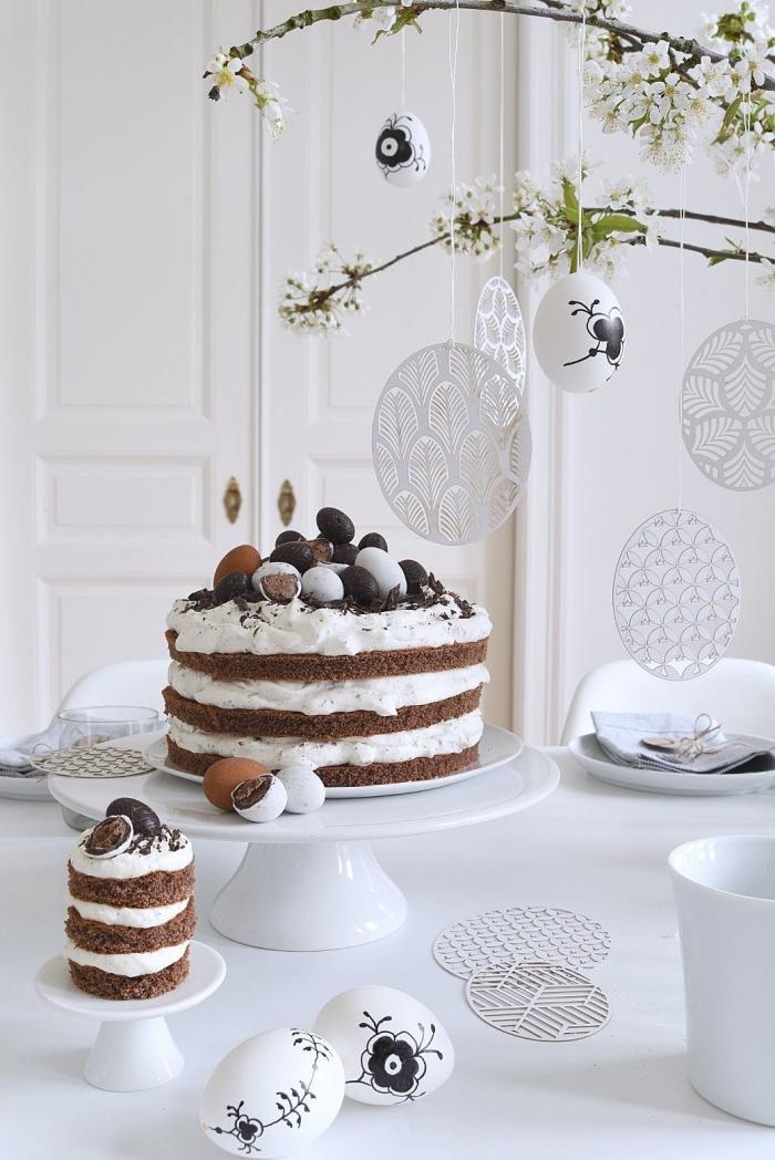 exemple de deco paques facile avec branches fleuries décorées d'oeufs DIY, idée comment décorer une table de pâques