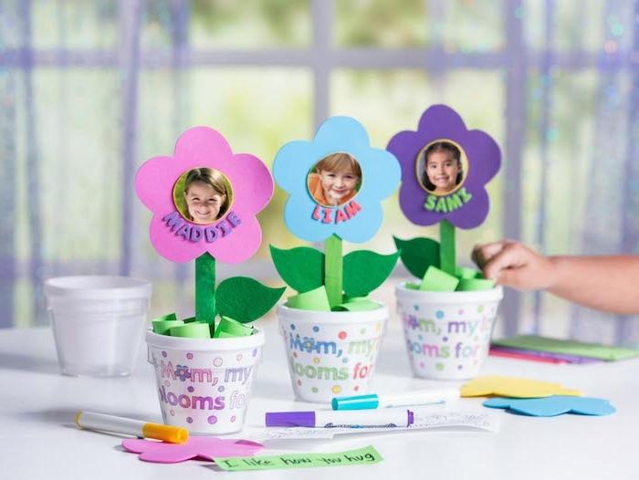 cadeau fete des meres a faire soi meme, bricolage fete des meres maternelles, pots de fleurs customsiés au feutre et fleurs en papier et batonnet de glace