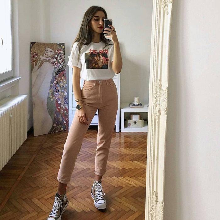 Pantalon rose pale taille haute, la tendance des jeans colorés habit année 90, femme bien habillée au style décontracté chic