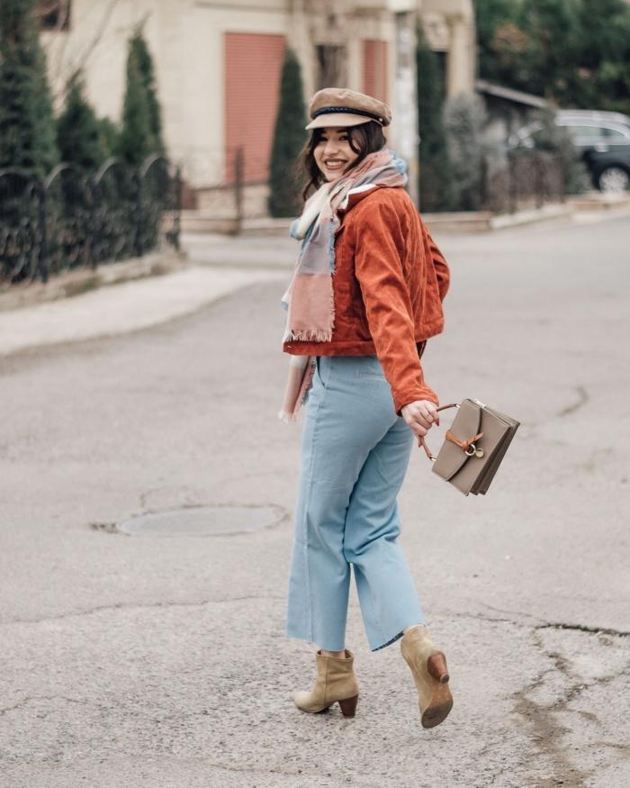 idée de déguisement année 70 pour un look causal chic femme facile, vision rétro style en jeans clair et veste suède