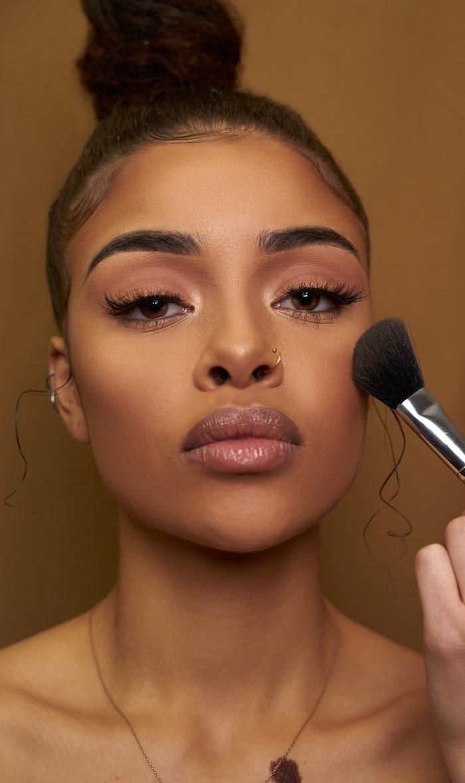 idee maquillage nude femme métisse, sourcils structurés et cils soulignés avec mascara noir avec coin exterieur volumineux