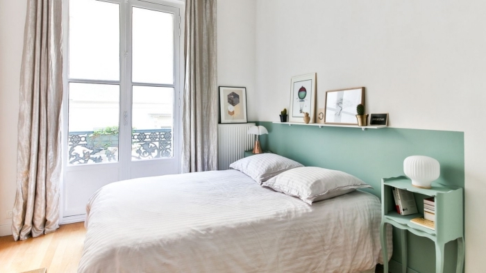 idée de tete de lit originale dans une chambre minimaliste aux murs blancs avec meubles de couleur vert pastel
