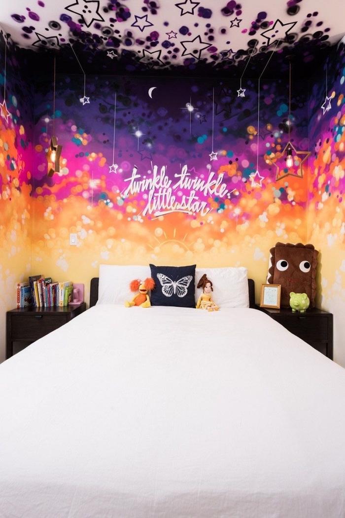 idée comment décorer une petite pièce d'enfant avec décoration murale originale, diy tete de lit en peinture multicolore