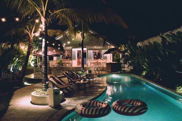 construction de cuisine extérieure dans le jardin moderne, idée aménagement extérieur avec piscine et cuisine d'été