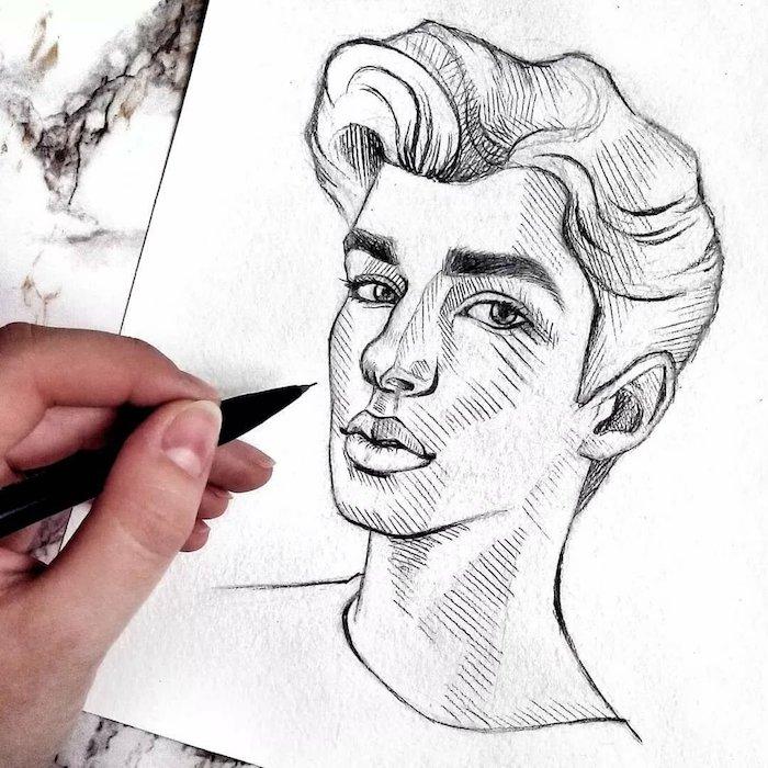 dessin garçon simple avec cheveux en banane, levres pulpeuses, grand nez et des yeux en amande, visage aux traits simples