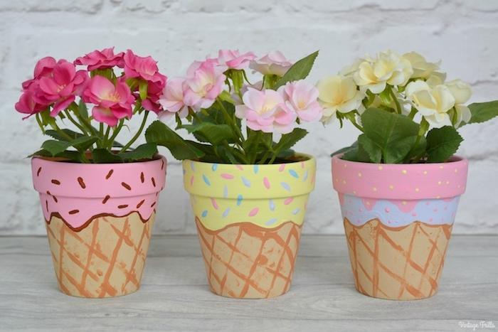 motif glace dessiné sur l exterieur de pot de fleur avec des motifs colorés dessinés en peinture, pot de fleur dessin