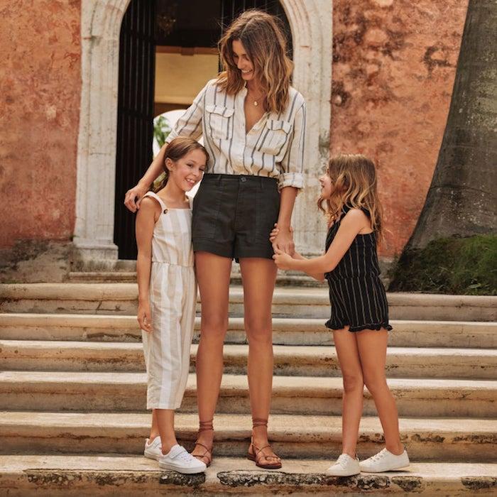 Mère et deux filles en tenues coordonnées en lin rayé, tenue blanche femme, robe mere fille à la mode mini moi
