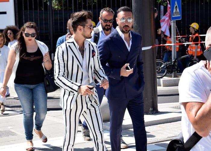 Costume homme chic, idée comment s'habiller amis costume blanc rayé et costume bleu foncé avec chemise blanche, vetement homme classe, tenue casual chic pour hommes