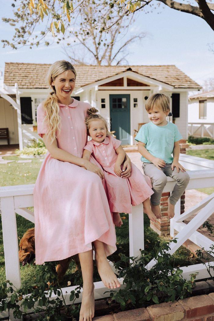 Robe rose mi longue style rétro, tenue mère-fille, vetement mere fille qui se ressemblent, mère et ses deux enfants en tenues coordonnées