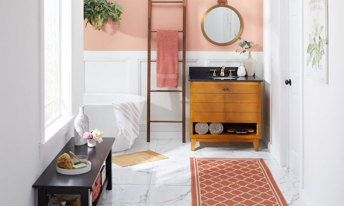Echelle pour ranger les serviettes, idée aménagement salle de bain, inspiration salle de bain tapis orange