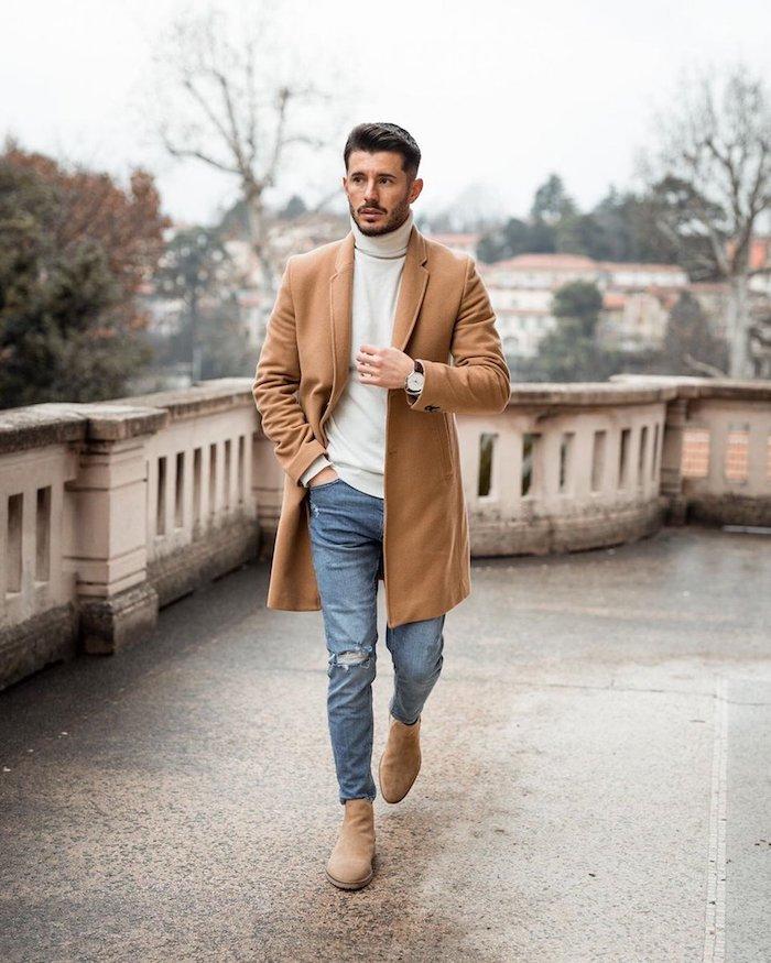 Manteau camel, jean bleu et pull blanc, comment bien s'habiller classe, tenue homme chic casual
