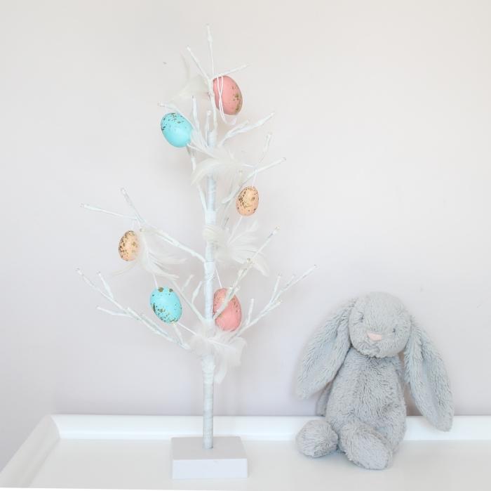 idée de bricolage paques facile pour grands et petits, modèle d'arbre DIY en branches blanches décoré d'oeufs