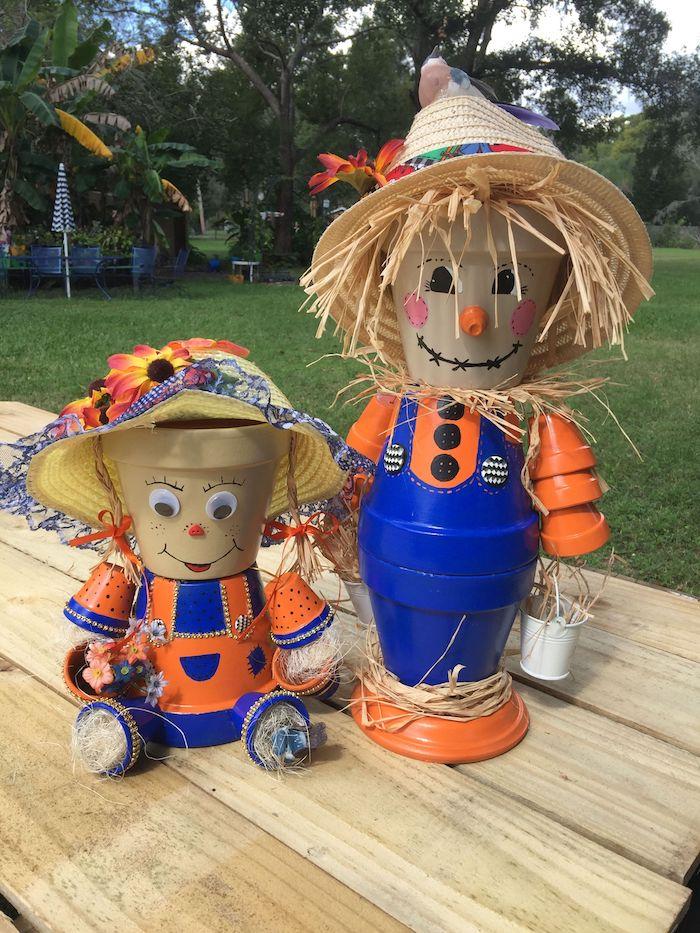 comment faire un épouvantail dans pot de fleur avec corps bleu et orange et chapeau de paille, deco jardin recup