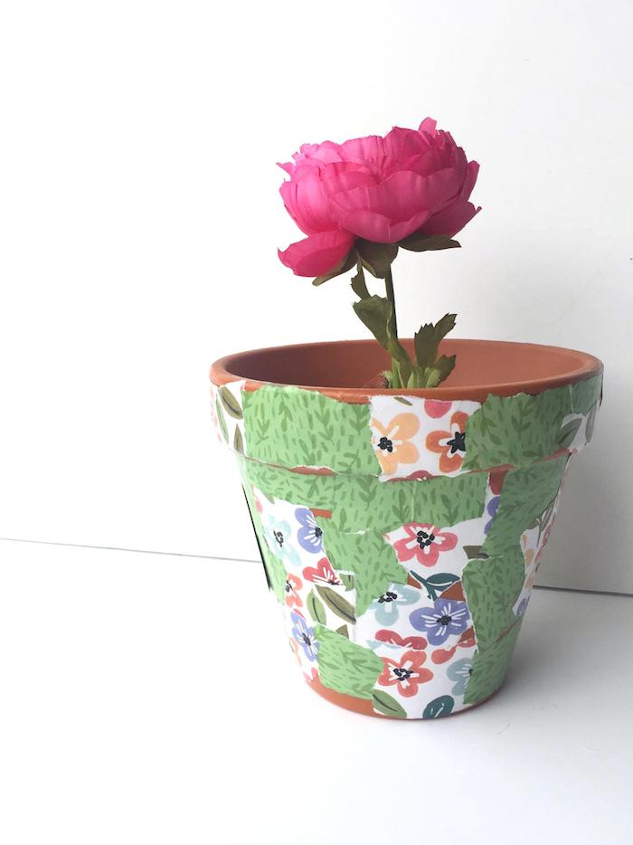 decopatch peices de papier motif floral sur pot de fleur de terre, comment customiser des pots de fleurs