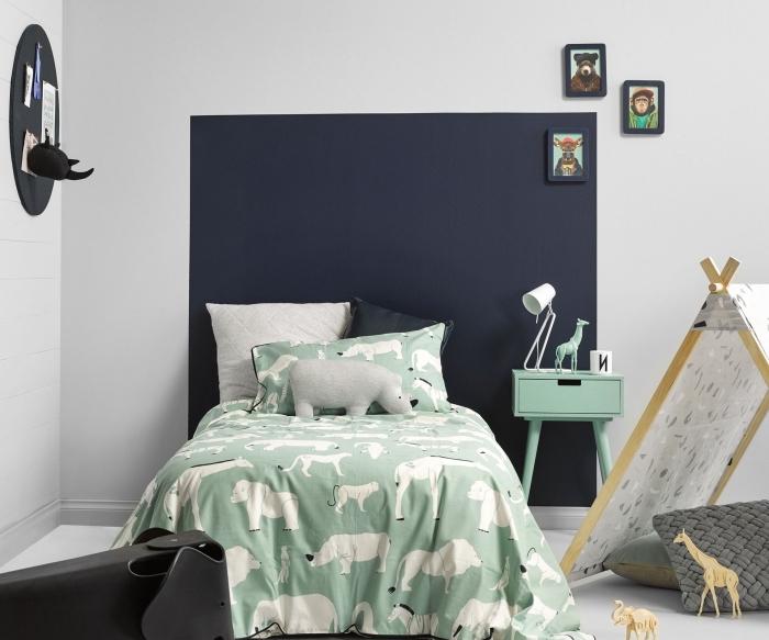 idée comment personnaliser les murs dans une pièce d'enfant, exemple de tete de lit moderne réalisée avec peinture bleu foncé