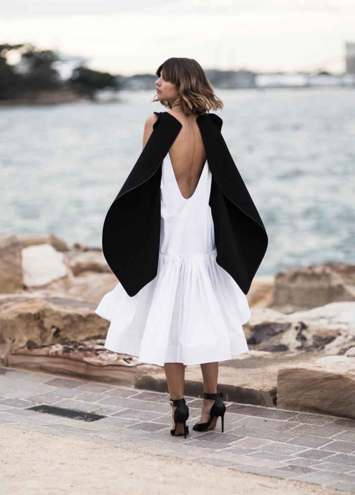 exemple de robe de soirée chic et tendance de couleur blanche et noire à dos ouvert combinée avec chaussures hautes