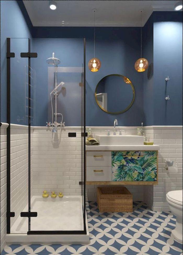 Stylée simplicité dans une salle de bain bicolore, meuble lavabo avec sticker tropical peinture, idee salle de bain contemporaine, idée salle de bain avec baignoire